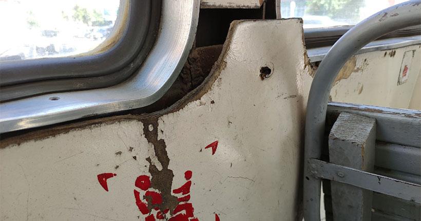 Новосибирцы пожаловались на плачевное состояние трамваев в городе