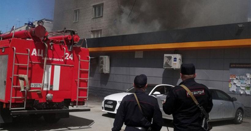 В Новосибирске на улице Бориса Богаткова горит магазин