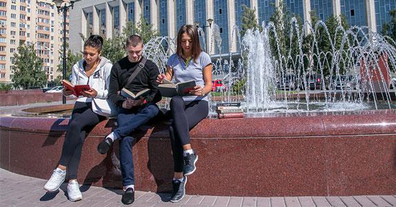 В Новосибирске на ступенях ГПНТБ начинаются летние чтения