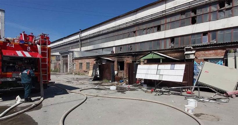 Обрушение стен, взрывы баллонов и гибель человека: крупнейший пожар произошёл в Новосибирске