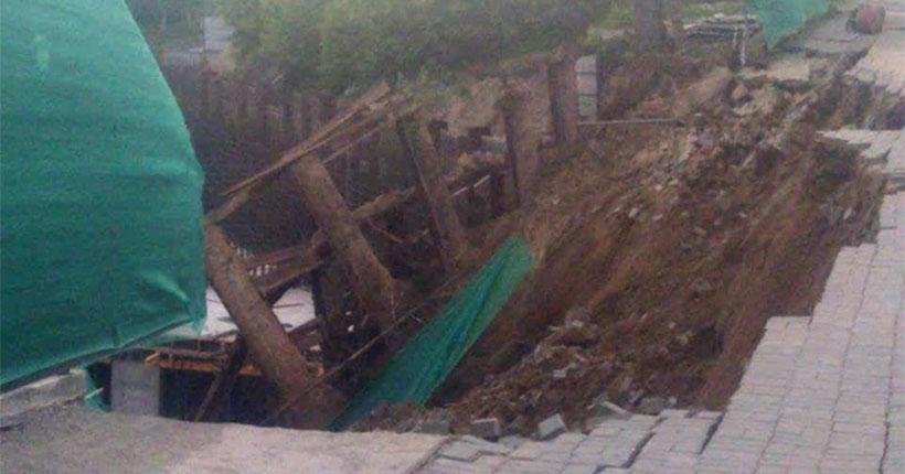 ЧП в Новосибирске: на Большевистской в строительный котлован «города в городе» обрушился забор с тротуаром