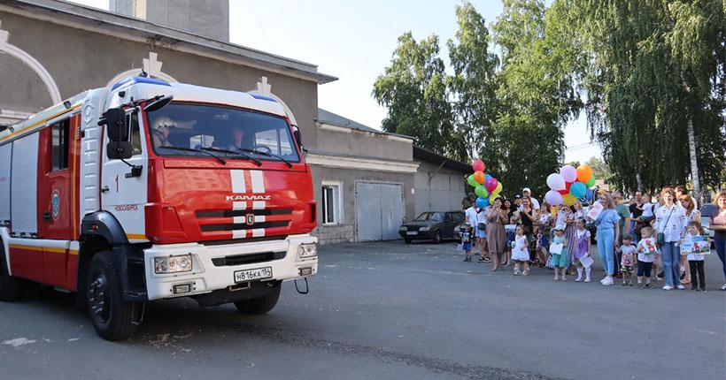 Новосибирцы с шарами и тортами пришли в пожарную часть Октябрьского района