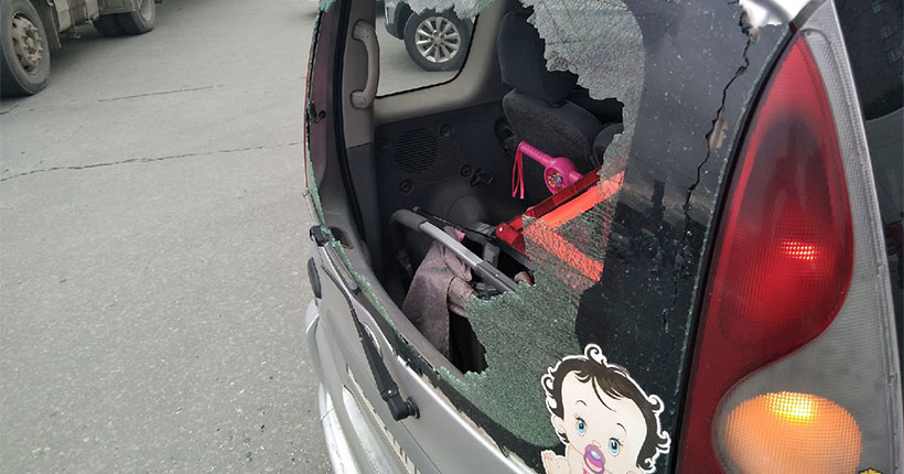В Новосибирске неизвестные бросили железный прут в машину с ребёнком