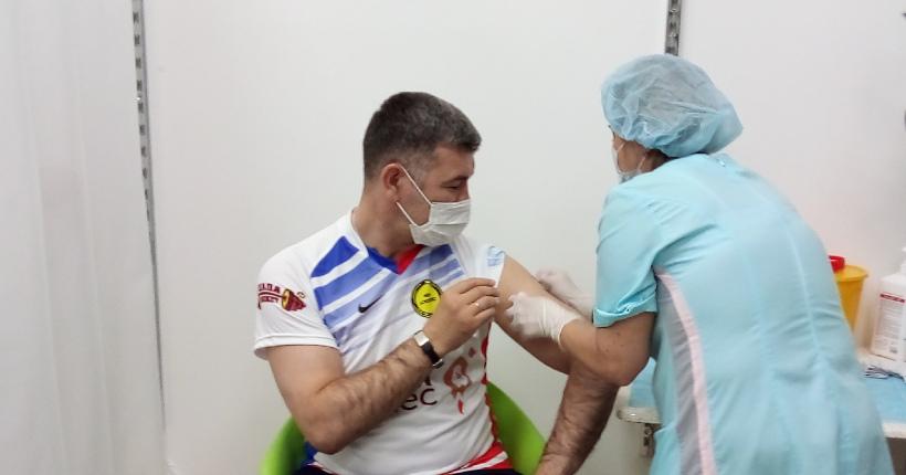 Новосибирский министр поставил прививку против COVID-19 в новом пункте вакцинации в ТЦ «Аура»