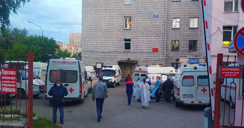 Возле одной из больниц в Новосибирске выстроилась очередь из скорых