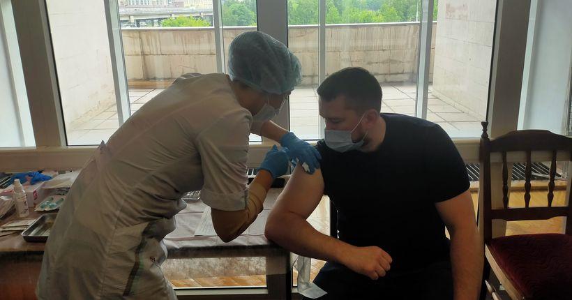 Депутаты заксобрания Новосибирской области прививаются от коронавируса не уходя с работы