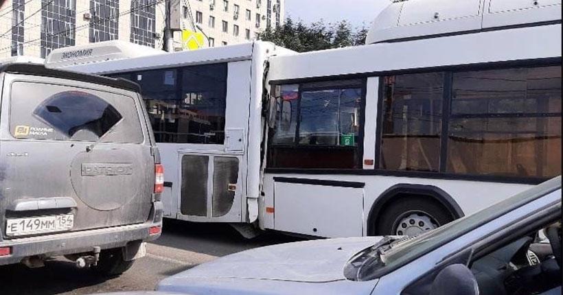 ЧП: в Новосибирске столкнулись два пассажирских автобуса