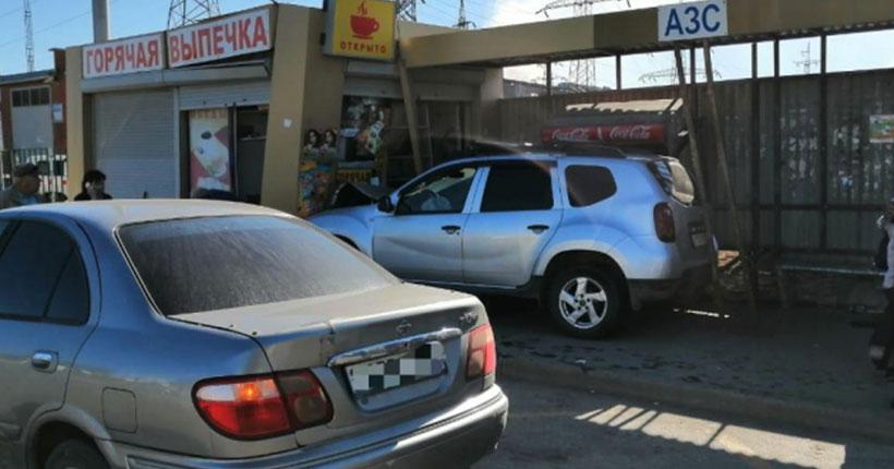 Стали известны подробности утренней аварии в Новосибирске, когда автомобиль протаранил павильон