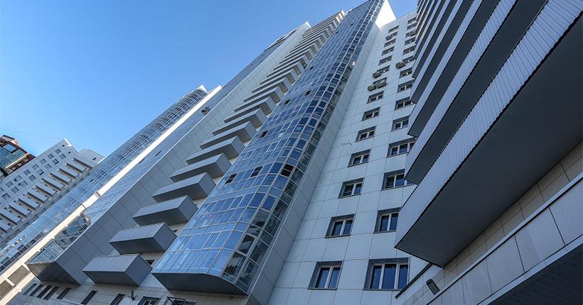 В Новосибирске ребёнок вышел на подоконник открытого окна на девятом этаже