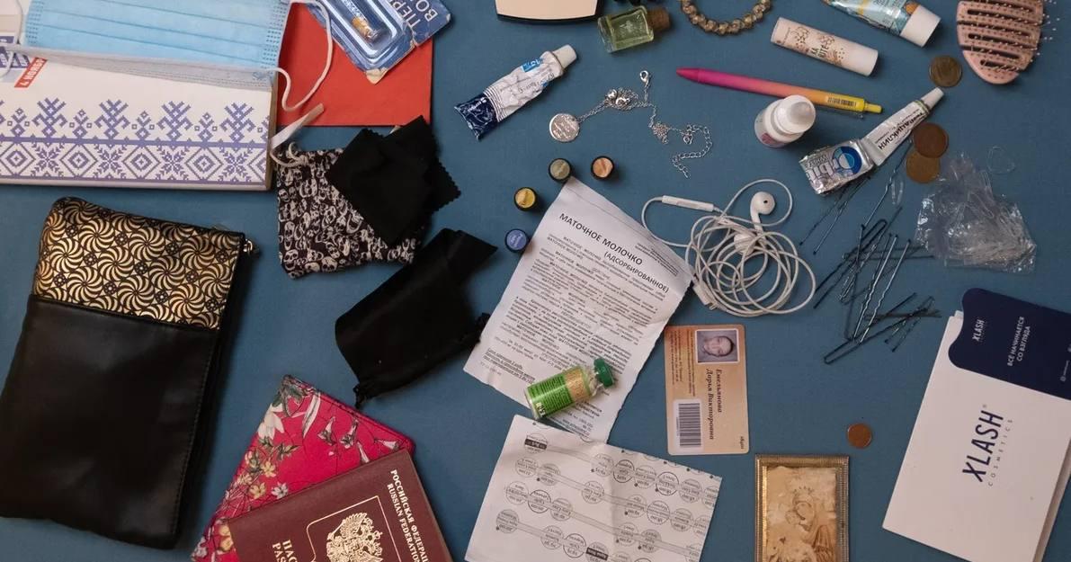 Содержимое сумок известных новосибирцев стало предметом фотовыставки на тему экологии