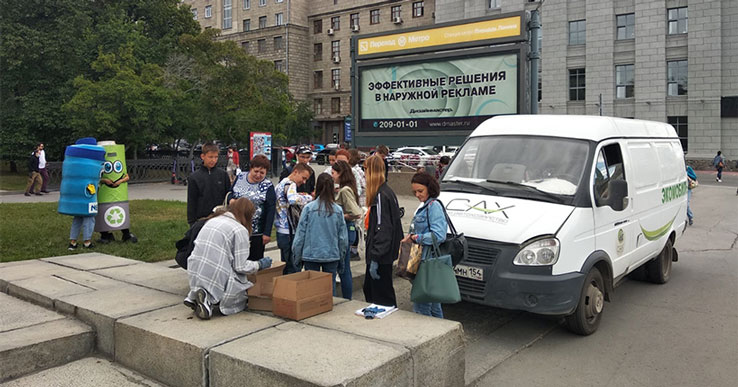 Новосибирцы выстраиваются в очередь, чтобы сдать пластиковые крышки и батарейки