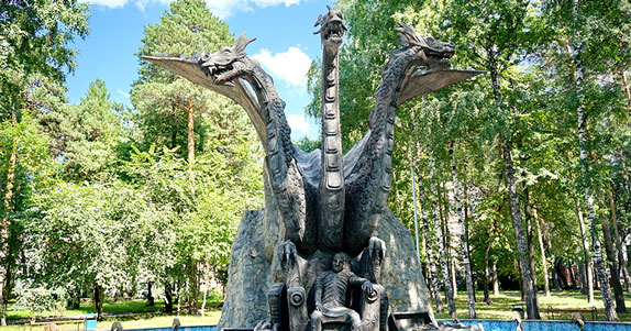 Сквер в Новосибирске со Змеем Горынычем и реликтовыми соснами обещают сделать комфортным